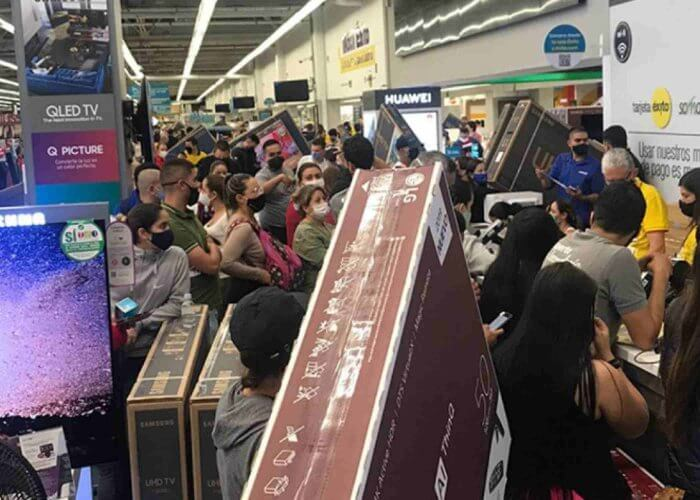 People shopping in Colombia during an IVA free days